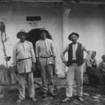 Chłopi na tle chaty [1918 r.]. Narodowe Archiwum Cyfrowe.