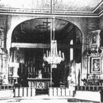 Wnętrze kościoła sprzed remontu w 1968 roku - widok na ołtarze boczne i prezbiterium. A. Adamczyk, Kościoły drewniane w województwie kieleckim, Kielce 1998, s. 36.