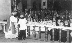Wnętrze kościoła sprzed remontu w 1968 roku - widok na nawę. Uroczystość Pierwszej Komunii Św.. Apa.