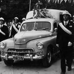 """Nawiedzenie kopii obrazu w 1973 r. - """"eskorta"""" samochodu z obrazem. Apa."""