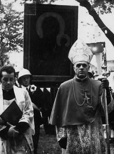 Nawiedzenie kopii obrazu w1973r. - wniesienie obrazu na teren kościoła. Apa.