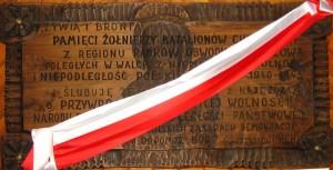Tablica poświęcona pamięci żołnierzy Batalionów Chłopskich, znajdująca się wkruchcie bocznej bebelskiego kościoła. Foto W. Cichecki.