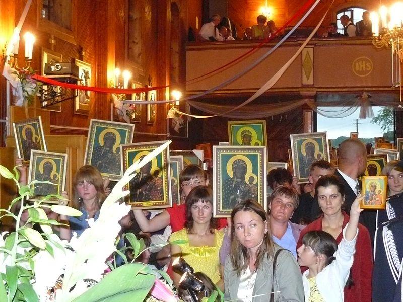 Peregrynacja kopii obrazu NMP w 2008 r. - poświęcenie obrazków. Foto W. Cichecki.