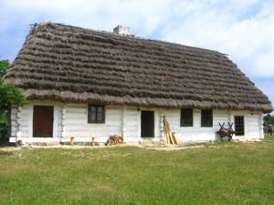 Wiejska chata z okresu międzywojennego. Muzeum Wsi Kieleckiej, Park Etnograficzny w Tokarni [2008 r.]. Foto W. Cichecki.
