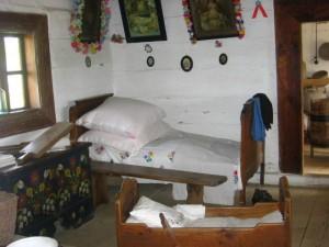 Wiejska chata z okresu międzywojennego - wnętrze izby. Muzeum Wsi Kieleckiej, Park Etnograficzny w Tokarni [2008 r.]. Foto W. Cichecki.