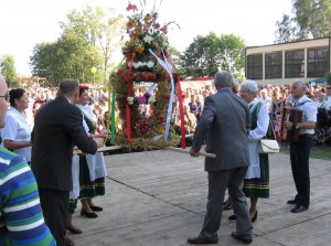 Bebelanki przekazujące wieniec na dożynkach powiatowych w Koniecznie w2006r. Foto W. Cichecki.