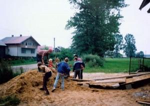 Rozbudowa budynku zlewni mleka - przy pracach pomagały także dzieci i młodzież. Ap.
