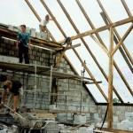 Rozbudowa budynku zlewni mleka - prace przy więźbie dachowej. Ap.