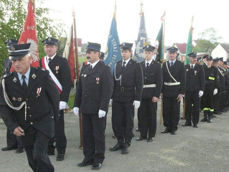 Gminne obchody Dnia Strażaka 2006 - poczty sztandarowe. Foto R. Banaszek.