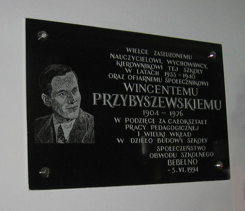Tablica pamiątkowa poświęcona W. Przybyszewskiemu w szkole w Bebelnie [2005r.]. Foto W. Cichecki.