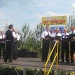 Męski chór parafialny podczas występu (80-lecie OSP Bebelno) [2008 r.]. Ap.