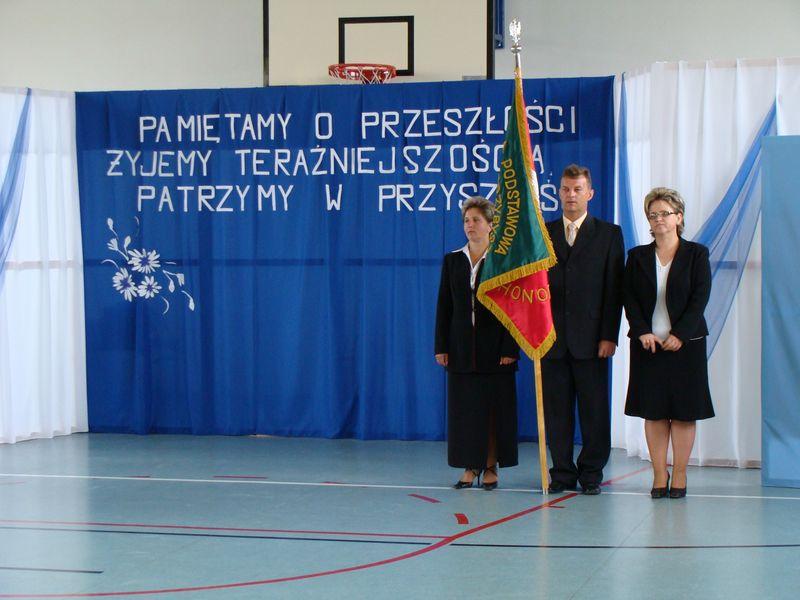 Uroczystości z okazji 70-lecia szkoły w Bebelnie - poczet rodziców ze sztandarem [2008 r.]. Ap.