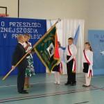 Uroczystości z okazji 70-lecia szkoły w Bebelnie - przekazanie sztandaru uczniom przez dyrektora szkoły Jerzego Suligę [2008 r.]. Ap.