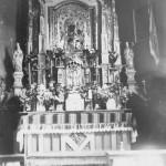 Główny ołtarz (przy którym była wówczas sprawowana Msza Św., w tle - na ścianach malowidła) [1936 r.]. Ap.