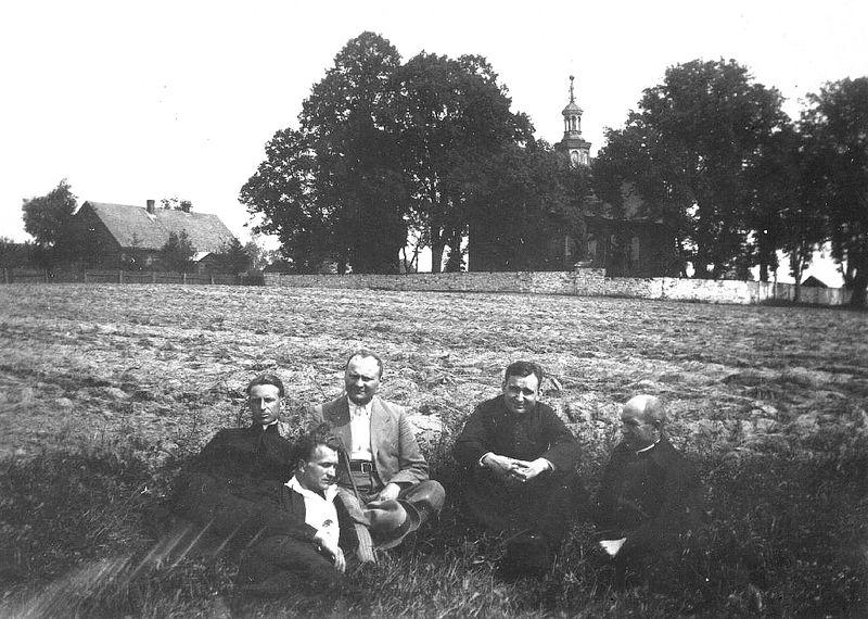 Kościół i plebania - widok od strony południowej [1936 r.]. Ap.