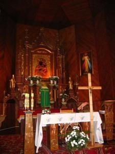Wnętrze kościoła - widok na prezbiterium [2006 r.]. Foto W. Cichecki.
