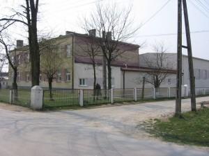 Budynek szkoły w Bebelnie [2007 r.]. Foto W. Cichecki.