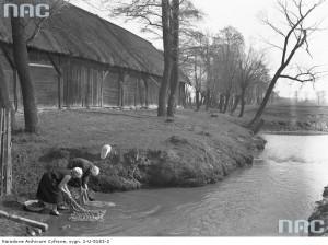 Kobiety piorące w rzece [1937 r.]. Narodowe Archiwum Cyfrowe.