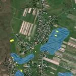 Próba rekonstrukcji rozmieszczenia zbiorników wodnych na terenie Bebelna wokresie starożytności (kolor niebieski) oraz sztuczne zbiorniki współczesne (kolor żółty), opr. własne, www.maps.google.com.