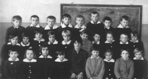 Zdjęcie zbiorowe uczniów i wychowawcy (B. Jach) jednej z klas Szkoły Podstawowej w Bebelnie [koniec lat 60 XX w.]. Apa.
