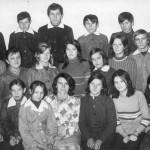 Zdjęcie zbiorowe uczniów i wychowawcy (H. Furmańczyk) jednej z klas Szkoły Podstawowej w Bebelnie [rok szkolny 1975/76]. Apa.