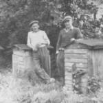 H. Cichecki (z lewej) w swojej pasiece [lata 50 XX w.]. Apa.