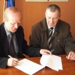 Z ramienia Stowarzyszenia porozumienie o przejęciu szkoły podpisali J. Suliga (Prezes Zarządu) oraz J. Dyksiński (Wiceprezes Zarządu). Foto www.gmina-wloszczowa.pl.