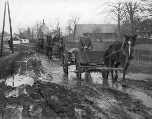 Tak wyglądały wiejskie drogi w okresie międzywojennym [1939]. Narodowe Archiwum Cyfrowe.
