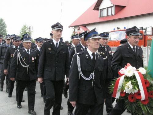 Gminne obchody Dnia Strażaka 2006 - przemarsz uczestników do kościoła [2006r.]. Foto R. Banaszek.