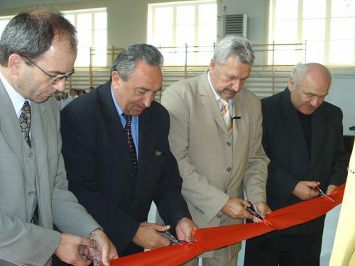 Otwarcie sali gimnastycznej w Bebelnie - uroczyste przecięcie wstęgi [2005 r.]. Apa.