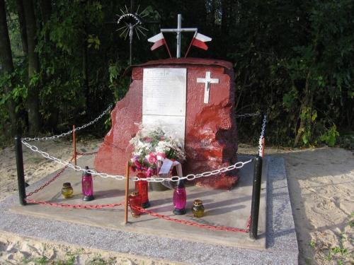 Pomnik upamiętniający potyczkę pod Ludwinowem w 1943 r. oraz pomordowanych członków BCh z Ludwinowa w 1944 r. [2005 r.]. Foto W. Cichecki.