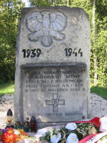 Pomnik upamiętniający bitwę koło Radkowa w 1944 r. [2005 r.]. Foto W. Cichecki.