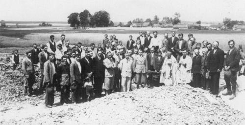 Poświęcenie kamienia węgielnego pod budowę szkoły w Bebelnie [30 VI 1936]. T.Natkowska, - Monografia Szkoły Powszechnej w Bebelnie w latach 1919-1939, Kielce 1996, s. 90.