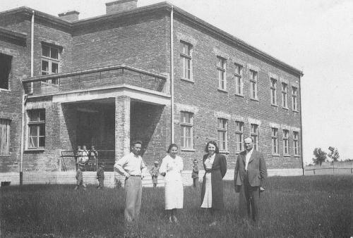 Grono nauczycielskie i budynek szkoły w 1940 r. Pierwszy z prawej - dyrektor Antoni Suliga. Ap.