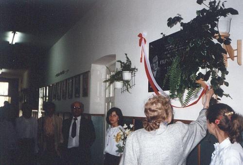 Uroczystość nadania imienia W. Przybyszewskiego szkole w Bebelnie - odsłonięcie tablicy. Ap.