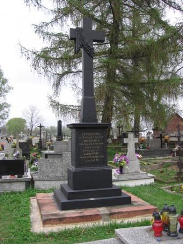 Odrestaurowany nagrobek Makólskich i Jackowskiego na cmentarzu w Dzierzgowie [2006 r.]. Foto W. Cichecki.