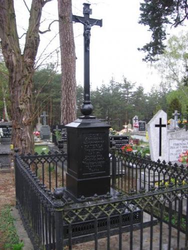 Odrestaurowany nagrobek Agnieszki z Jackowskich Katerli na cmentarzu w Kurzelowie [kwiecień 2006 r.]. Foto W. Cichecki.