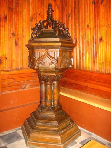 Wnętrze kościoła - drewniana chrzcielnica [2006 r.]. Foto W. Cichecki.