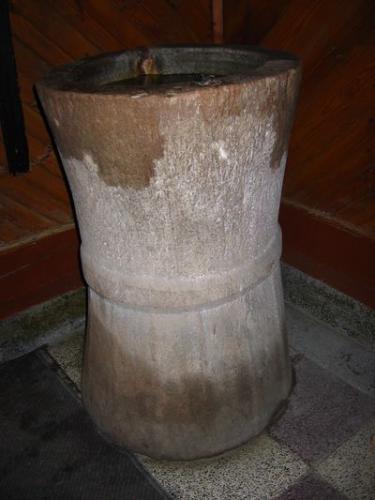 Wnętrze kościoła - stara (XVI w. ?) kamienna chrzcielnica [2006r.]. Foto W. Cichecki.