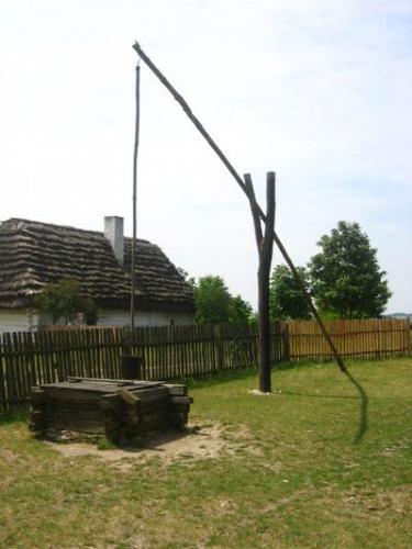 Żuraw przy studni. Muzeum Wsi Kieleckiej, Park Etnograficzny w Tokarni [2008r.]. Foto W. Cichecki.