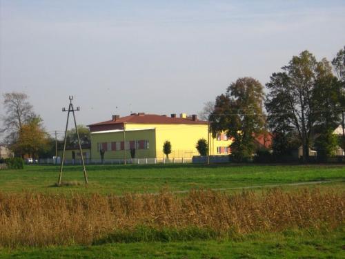 Budynek szkoły i sali gimnastycznej w Bebelnie [2008 r.]. Foto W. Cichecki.