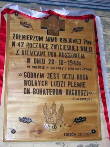 Tablica upamiętniająca walki pod Kossowem. Tablica znajduje się kościele w Kossowie, odsłonięta w 1986 r. [2006 r.], foto Z. Wiśniewski (serwis internetowy Radomszczański Niezależny Portal Regionalny).