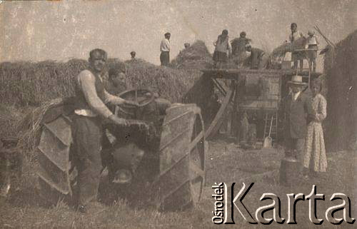 Omłot zboża młocarnią napędzaną silnikiem spalinowym [1931 r.]. Ze zbiorów Ośrodka KARTA.