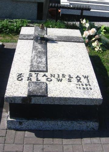 Nagrobek ks. Stanisława Orłowskiego na cmentarzu parafialnym w Olesznie [2012 r.]. Foto W. Cichecki.
