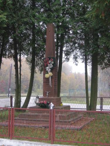 Pomnik poświęcony mieszkańcom Bichniowa zamordowanym przez Niemców 28 XI 1943 r. [2012 r.]. Foto W. Cichecki.
