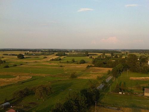 Widok na pola Krasowa. W tle zabudowa i pola Krasówka [2010 r.]. Foto M. Suliga (serwis internetowy Online s.c.).